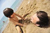Wirkliches Glück, spielen am Strand: mein Vater unter dem Sand