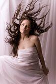 Fantasie Frau in weiß mit fliegenden Haare