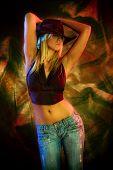 attraktiv Blond tanzen, farbigen Hintergrund