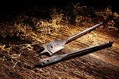 Taladro brocas de pala en el Banco de trabajo de madera antigua de madera