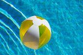 Inflável beachball amarela flutuando na água