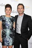 LOS ANGELES - NOV 4:  Tiffani Thiessen, Luke Perry at the Hallmark Channel's