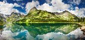 Belo Lago nas montanhas de Altai