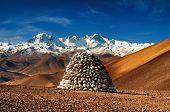Paisagem tibetana com Monte Cho Oyu no fundo