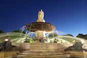 Nightshot La Rotonde-Brunnen - der zentrale Kreisverkehr in Aix en Provence, Frankreich.