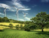 Parque eólico de turbinas en colina