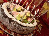 Постер, плакат: праздничный стол день рождения торт и свечи два бокалы с шампанским подарочные коробки на красный