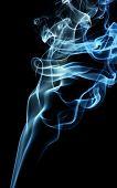 Spalte ein grau und blau Rauch isoliert schwarz aufsteigen,