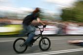 Desenfoque de movimiento natural de ciclista de BMX,