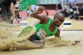 LINZ, AUSTRIA - 2 de febrero: Ignisius Gaisah (Ghana) gana el evento de salto de longitud Varonil el 2 de febrero, 20