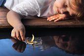 navio na mão de crianças, foco da folha por lado