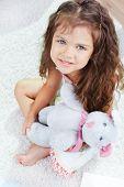 Porträt von schönen Mädchen mit Teddybär, Blick in die Kamera