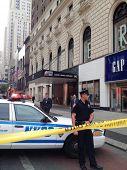 CIDADE de nova YORK, NY -AUG 24: policiais perto da estrada após um atirador abrir fogo fora do Empire State