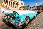 Havanna-AUGUST 14:Vintage Ford Fairlane vor dem Capitol-August 14,2012 in Havana.These alten ca