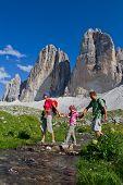 Familie auf Bergwanderung - Tre Cime di Lavaredo