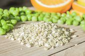 image of pea  - A pile of dried peas in front of fresh peas - JPG