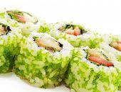 Постер, плакат: Японская кухня суши ролл с морской окунь помидорами и икра летучей рыбы зеленый