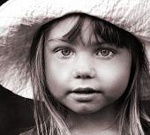 Постер, плакат: Черно белый портрет девушки в шляпе