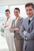 Equipe de escritório, apresentando-se em pé