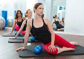 Mulheres de pilates aeróbica com tonificação bolas em uma linha na classe de aptidão