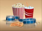 Entradas de palomitas de maíz, la soda y la película con la tira de película