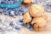 Blaubeer-Muffins und Beeren