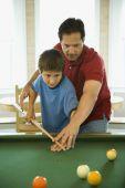 Padre e hijo jugando al billar