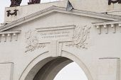 image of lenin  - The upper part of the arch with a pediment gateway 1 Volga - JPG