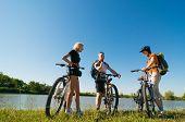 Grupo de ciclistas ao pôr do sol