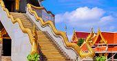 Estátua de Naka em cima da balaustrada da escada do pagode tailandesa