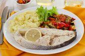 Peixe com limão, legumes e purê de batata
