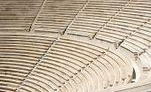 Antigos degraus de pedra da escada no antigo anfiteatro