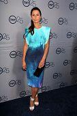 LOS ANGELES - 24 de JUL: Rhona Mitra llega a la fiesta de aniversario 25 de TNT en el Beverly Hilton caliente