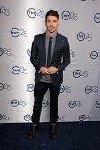 LOS ANGELES - 24 de JUL: Josh Henderson llega a la fiesta de aniversario 25 de TNT en el Beverly Hilton