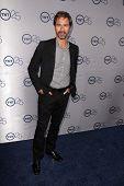 LOS ANGELES - 24 de JUL: Eric McCormack llega a la fiesta de aniversario 25 de TNT en el Beverly Hilton