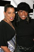 HOLLYWOOD - DECEMBER 07: Rolonda Watts and Sheryl Lee Ralph at Howard Fine's Ball of Fire December 07, 2006 in Boardners, Hollywood, CA.