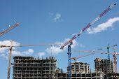 Trabajadores irreconocibles en sitio de construcción inmobiliaria residencial genérico