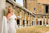 Frau im Forum Romanum