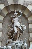Esculturas en Michaelerplatz fuente en cuarto de Hofburg, Viena