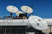 Radiodifusión antenas parabólicas de satélite parabólica en el techo.
