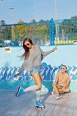 dos hermosas niñas en gafas de sol en una piscina vacía
