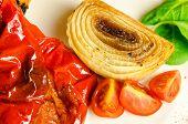Verse valerian salade met cherry tomaten en gebakken UI met geroosterde red pepper