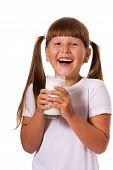 Menina gosta de leite
