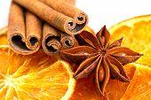 Zimt-sticks, Sternanis und getrocknete orange Schnitte