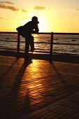 Kontemplative Sonnenuntergang Mann
