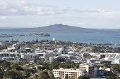 Auckland City & Rangitoto Island no fundo