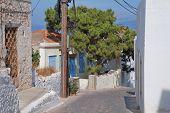 Ilha de Halki estreita rua,