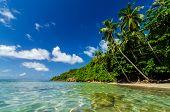 Agua clara y playa aislada