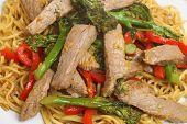 Tailandês aloire macarrão com carne e brócolis.