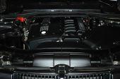 Zwarte motor onder de kap